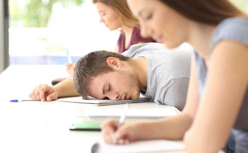 Les adolescents arrivent à l'école fatigués – Faut-il commencer plus tard?