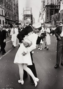 wwii-couple-kissing